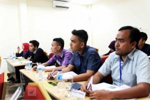 Kegiatan presentasi dan diskusi di dalam kelas