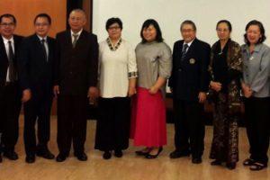 Foto Bersama Keluarga dan Komisi Penguji