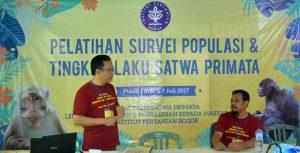 Entang Iskandar (Instruktur; kiri, berdiri) didampingi Walberto Sinaga (Asisten Instruktur; kanan, duduk)