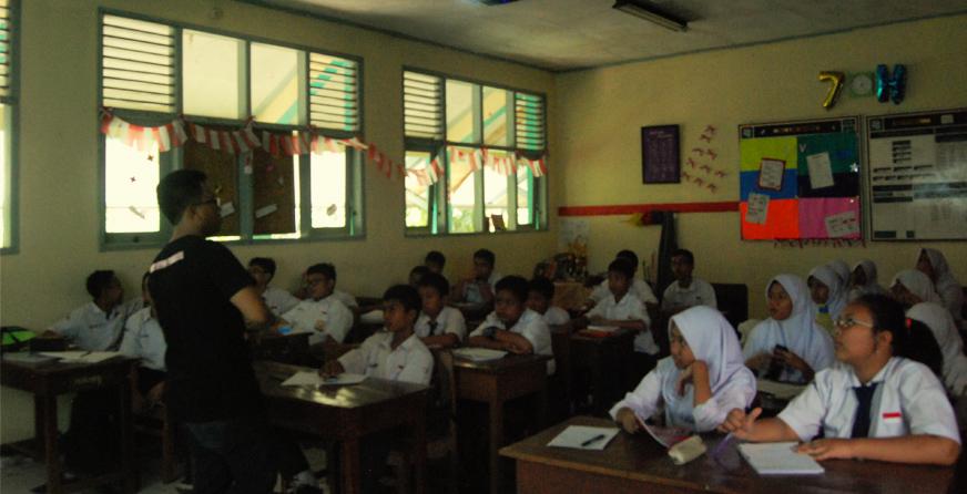 Ardi Wiranata memimpin outreach di Kelas 7H