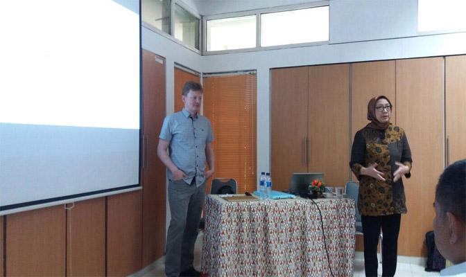 Peter JohaDiah Iskandriati sebagai pembicara di Half Day International Seminar