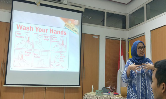 Dr drh Diah Iskandriati saat Memberikan Pelatihan Keselamatan Biologi di Laboratorium dan Kebersihan Diri