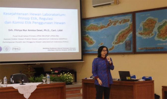 Drh Fitriya Nur Annisa Dewi, PhD Saat Memberikan Presentasinya di Balai Veteriner Denpasar