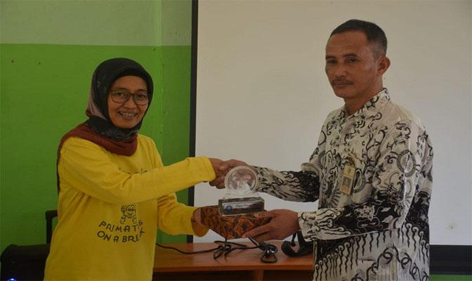 Dr Ir Dyah Perwitasari (PSSP) saat  memberikan Cendramata kepada SDN Cikiruh Wetan 2
