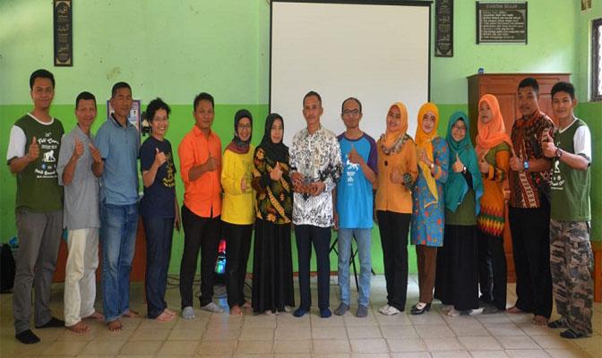 Foto bersama Staf PSSP, Guru SDN Cikiruh Wetan dan Mahasiswa Primatologi